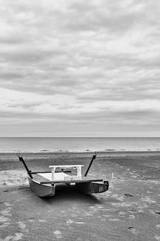 Barca di sicurezza - catamarano in riva al mare sulla spiaggia deserta di rimini in bassa stagione, italia