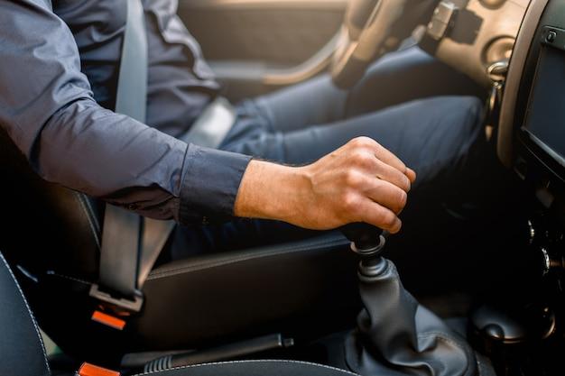 Concetto di guida di sicurezza. un uomo allaccia la cintura di sicurezza.