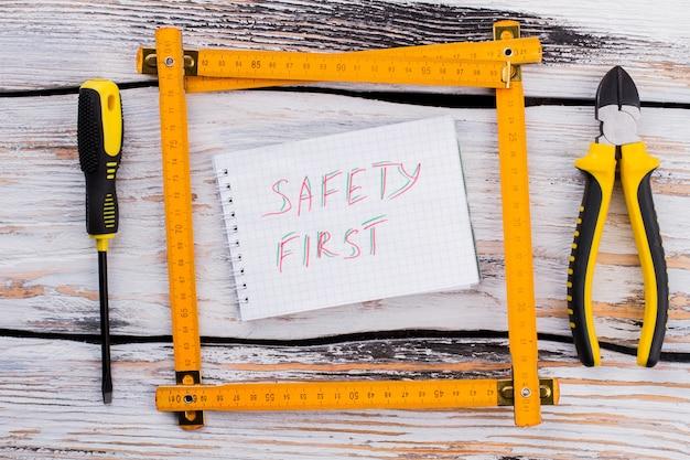 Prima nota di sicurezza in una cornice composta da un righello angolare. vista dall'alto piatta.