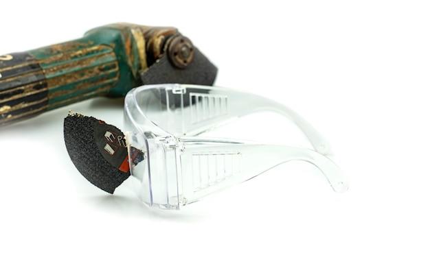 Gli occhiali di sicurezza hanno salvato questo è un occhio durante il lavoro perché i dischi da taglio sono rotti, la sicurezza prima di tutto!