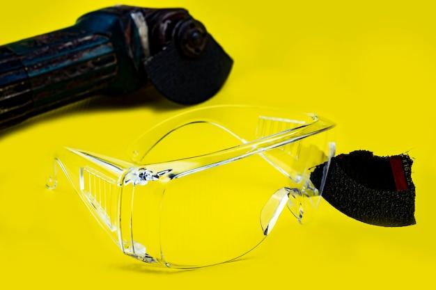 Gli occhiali di sicurezza hanno salvato questo è un occhio durante il lavoro perché i dischi da taglio sono rotti
