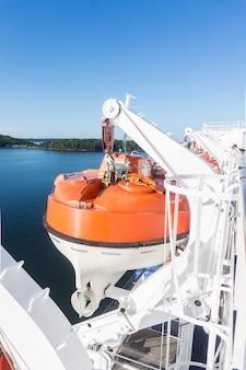 Scialuppa di salvataggio di sicurezza sul ponte di una nave