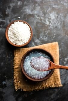 Sago o sabudana porridge ricetta per neonati e bambini piccoli, servita in una ciotola con cucchiaio, messa a fuoco selettiva