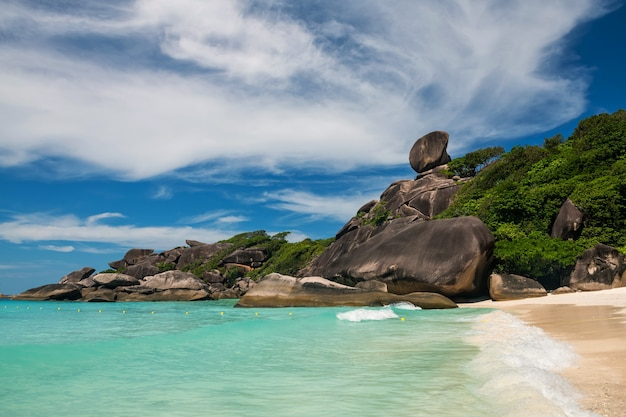 Sail rock, bellissimo punto di riferimento dell'isola di similan, phang nga, thailandia. paesaggio marino dell'onda di movimento del turchese andamane oceano e cielo blu in estate. famosa destinazione di viaggio.
