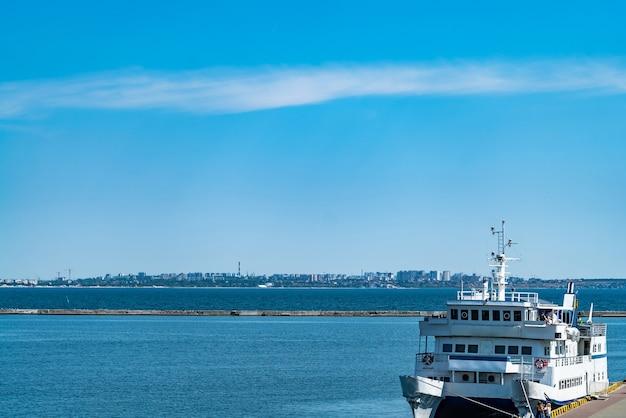 Porto di barche a vela, bellissimo yacht a vela ormeggiato nel porto marittimo