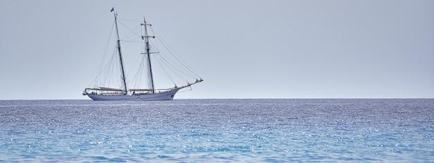 Nave a vela in mare, immagine banner con spazio di copia