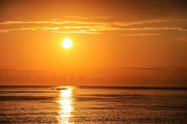 Yacht a vela sullo sfondo del sole al tramonto.