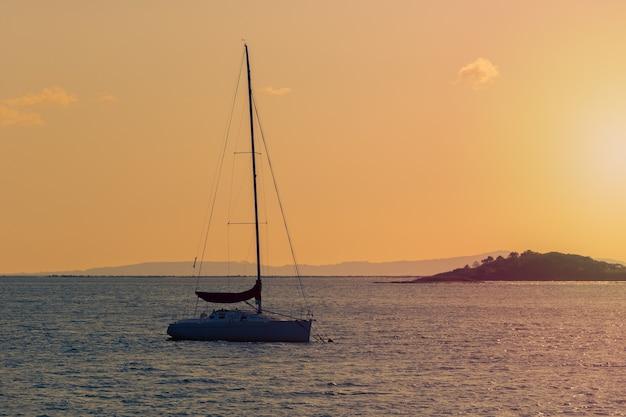Yacht a vela al tramonto del paesaggio