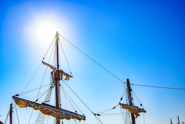 Vele e corde dell'albero principale di una nave da caravella, santa maría columbus spedisce