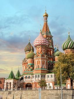 Cattedrale di san basilio a mosca russia. vista la mattina della cattedrale di san basilio sulla piazza rossa