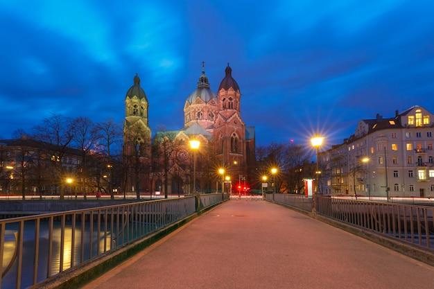 Chiesa di san lucas di notte a monaco di baviera, germania