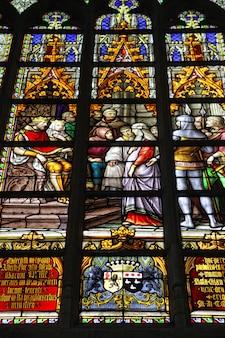 Cattedrale di saint michel e gudula a bruxelles. bella arte in vetro colorato.