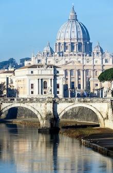 Vista di mattina della basilica di san pietro a città del vaticano.