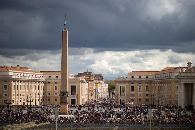 Piazza san pietro con cielo nuvoloso, vaticano, roma, italia