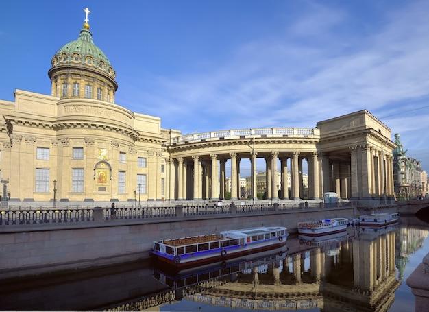 Cattedrale di san pietroburgo kazan dal canale griboyedov colonnato con l'edificio centrale