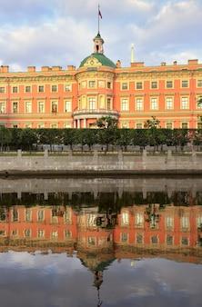 Il castello di san pietroburgo mikhailovsky al mattino il palazzo del xix secolo