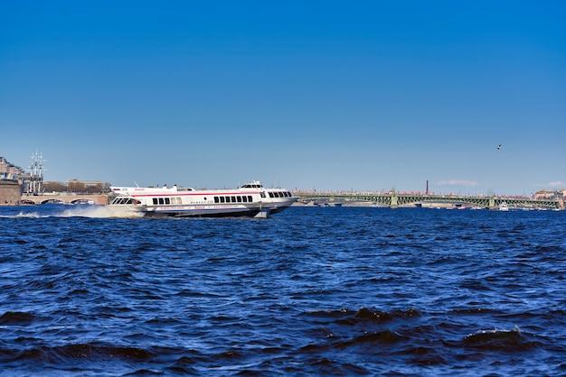 San pietroburgo, russia - ãƒâ ã'âœãƒâ ã'â°ãƒâ ã'â¹ 09, 2021: la nave meteora naviga lungo il fiume neva a san pietroburgo