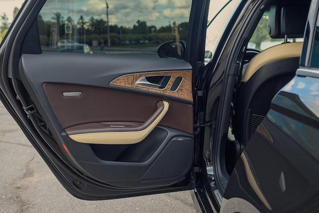 San pietroburgo, russia-18 agosto 2021: l'interno dell'auto audi a6 è nero, il sedile del conducente è in pelle marrone e beige. porta d'ingresso all'interno