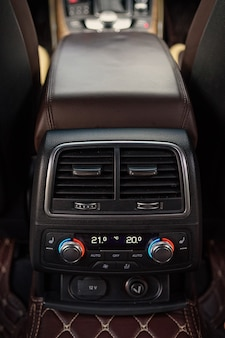 San pietroburgo, russia-18 agosto 2021: l'interno dell'auto audi a6 è nero, il sedile del conducente è in pelle marrone e beige.