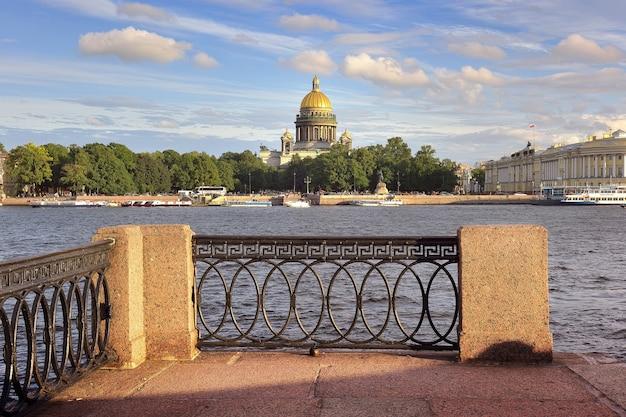 San pietroburgo russia09032020 piazza del senato sul fiume neva parapetto dell'argine