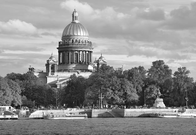 San pietroburgo russia09032020 piazza del senato sul fiume neva cattedrale di sant'isacco