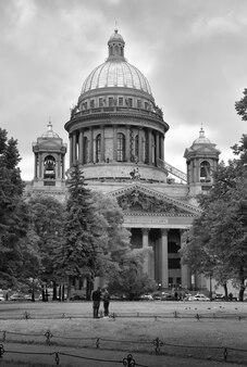 San pietroburgo cattedrale di sant'isacco veduta della facciata principale con un'alta cupola