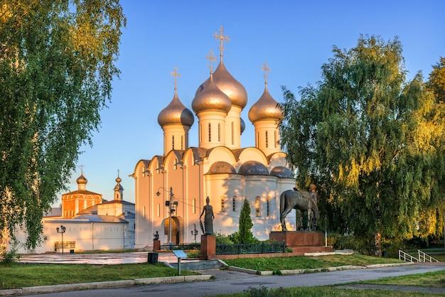 Cattedrale di santa sofia al cremlino nella città di vologda in una mattina di inizio estate