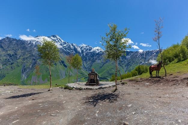 Fonte santa vicino alla chiesa della santissima trinità vicino al villaggio di gergeti in georgia sotto la montagna kazbegi