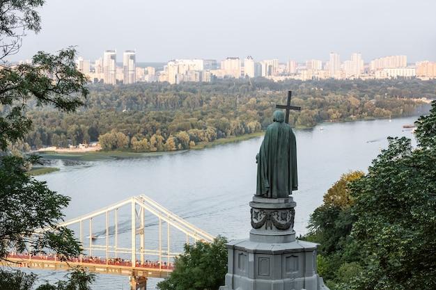 Monumento di san vladimir sulle colline di kiev
