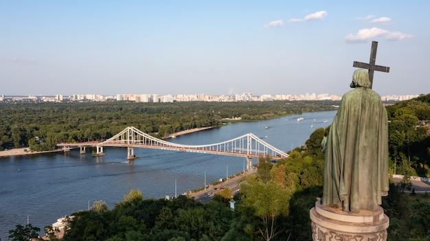 Onumento di san vladimir sulle colline di kiev