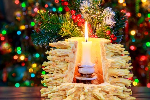 Albero di capodanno sakotis e candela di buon natale