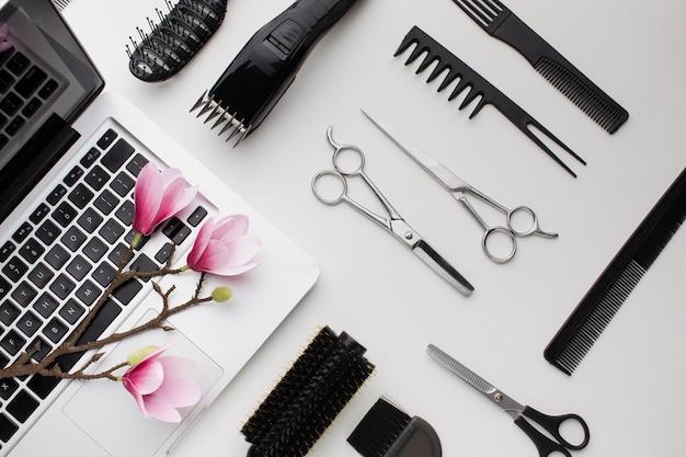 Sakura fiori e assortimento di strumenti per capelli