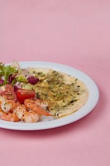Insalata e frittata in un piatto, pomodori, cetrioli, verdure e cavoli, cibi dietetici e bevande per colazione e pranzo
