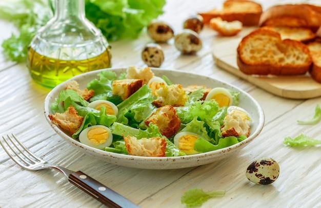 Porzione di insalata su un piatto