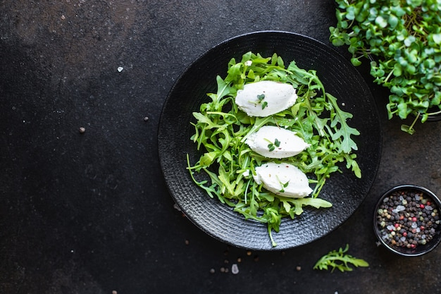 Insalata quenelle crema di formaggio foglie di lattuga verde cuenelle petali mix tendenza keto o paleo dieta cibo vegetariano