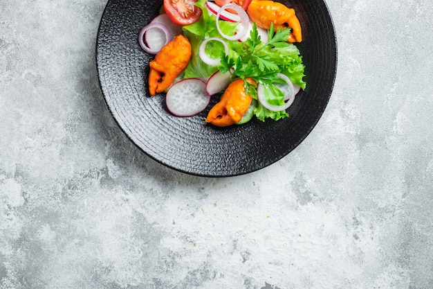 Insalata di frutti di mare verdure chele di granchio, bastoncini di granchio surimi pomodoro, cetriolo, lattuga