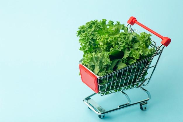 Insalata in un carrello del supermercato.