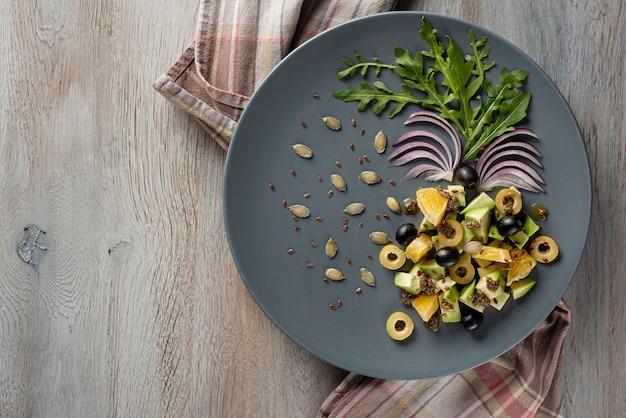 L'insalata di frutta e verdura è originariamente decorata.