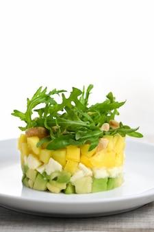 Insalata con avocado, mango e mozzarella