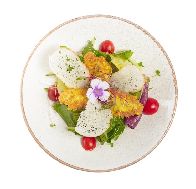 Insalata con pollo su un piatto bianco