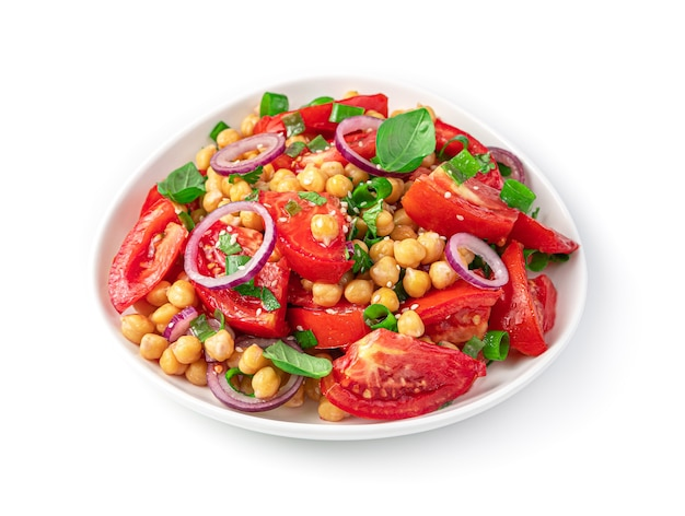 Insalata con ceci, pomodori, erbe fresche e semi di sesamo isolati su bianco. vista laterale.
