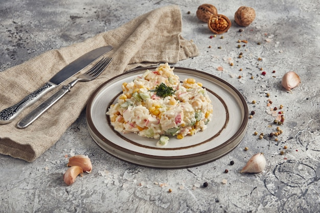 Insalata con bastoncini di granchio, mais e uova
