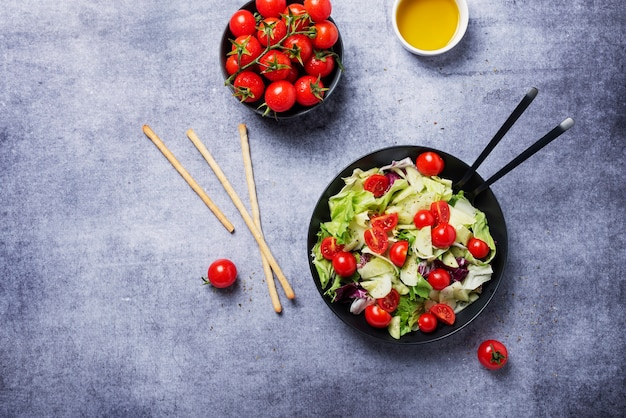Insalata di cetrioli, pomodori, insalata verde e cicoria