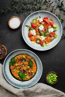 Insalata con verdure fresche e stracciatella e insalata con insalata di fagiolini freschi vista dall'alto
