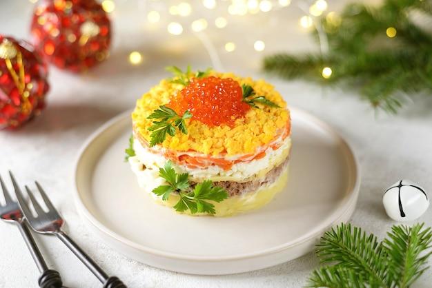 Insalata con caviale rosso pesce in scatola patate formaggio carote e uova