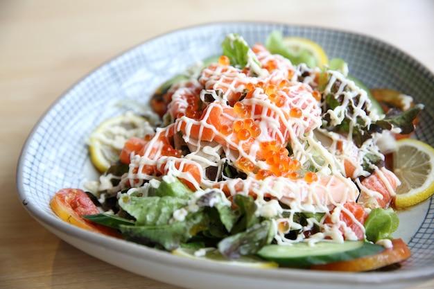 Insalata con salmone cibo giapponese