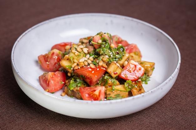Insalata con pomodori e noci in salsa.