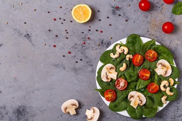 Insalata di verdure e anacardi