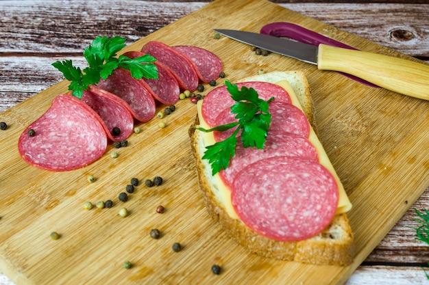 Salame affettato salsiccia sul pane