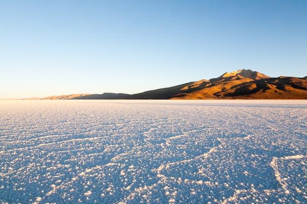 Salar de uyuni, bolivia. la più grande distesa di sale del mondo. paesaggio boliviano. vista cerro tunupa